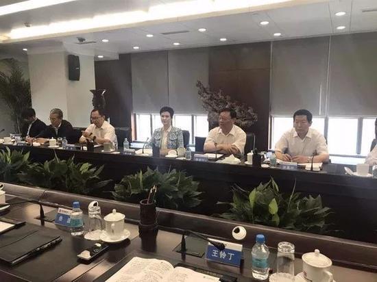 李小琳同志和集团领导开会合影   来源:凤凰财经
