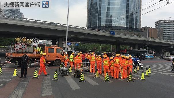 幸运飞艇开奖官网:北京东三环京广桥附近一处路面发生塌陷_现场正在抢修
