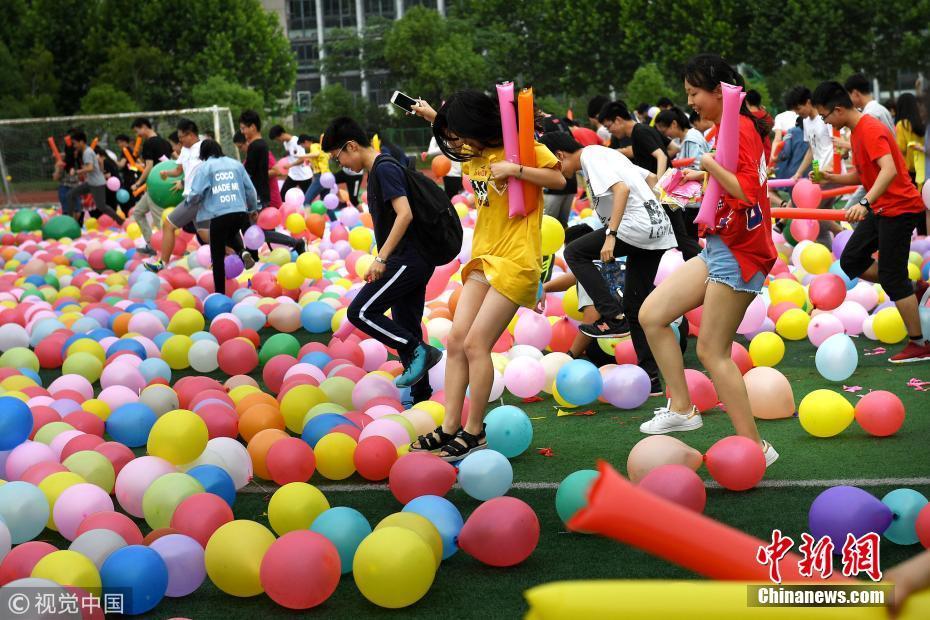 信誉较好些的私彩平台:合肥2000学生狂踩气球_减压迎高考