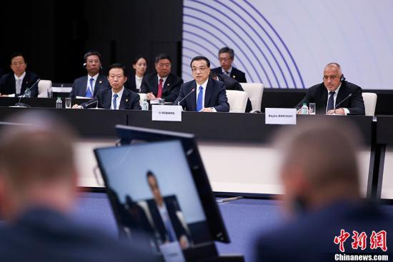 当地时间7月7日上午,中国国务院总理李克强在索非亚文化宫出席第七次中国—中东欧国家领导人会晤。中东欧16国领导人与会。欧盟、奥地利、瑞士、希腊、白俄罗斯及欧洲复兴开发银行作为观察员与会。 <a target='_blank' href='http://www.chinanews.com/' _fcksavedurl='http://www.chinanews.com/'>中新社</a>记者 刘震 摄