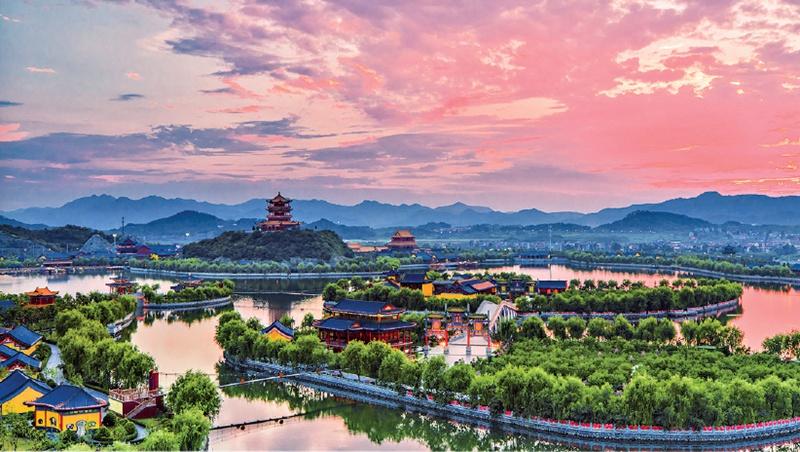 横店影视城一角。(资料图片)   中国好莱坞横空出世   气势恢宏的明清宫苑、雄伟壮观的秦王宫殿、精致绝美的圆明新园每天迎来各种摄影剧组50多个,全国参观游客数以万计。如今的横店,赢得万千宠爱。但美丽的花儿,人们只惊羡它现时的明艳。殊不知,当初它的芽儿,却也浸透了奋斗的泪水,倾注了牺牲的血雨。   当初,徐文荣刚一提出要在横店发展文化旅游产业,就被浇了两盆冷水。一位当地官员告诉他,横店无名山无名川,且无天(机场)无地(火车站),搞文化旅游不靠谱,还是安心做工业吧。而另一位资深业内人士也劝徐文荣