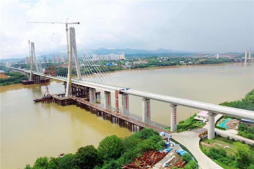 国内首座大跨度高铁斜拉桥成功合龙图片