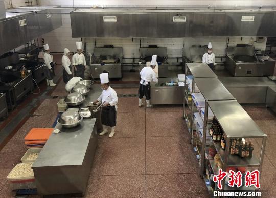 北京市食品药品监管局赴集体用餐配送单位进行食品安全专项检查。北京市食药监局供图