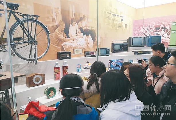 观众在老物件展品前驻足,对比今昔生活,憧憬美好未来。经济日报-中国经济网记者 姜天骄摄