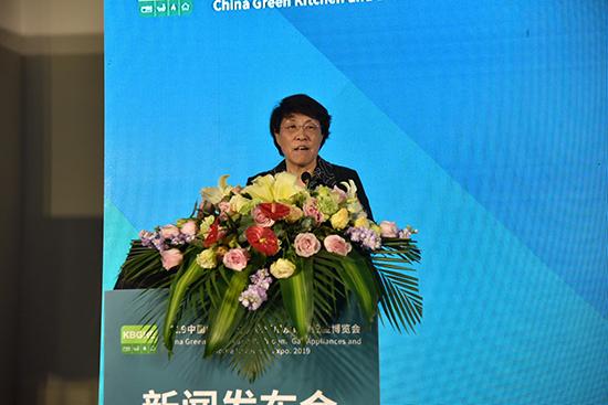 中国五金制品协会理事长石僧兰上台致辞