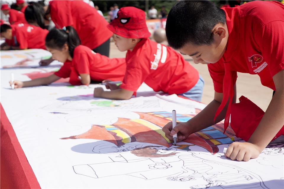 北京:70米绘画长卷讲述百姓生活变迁