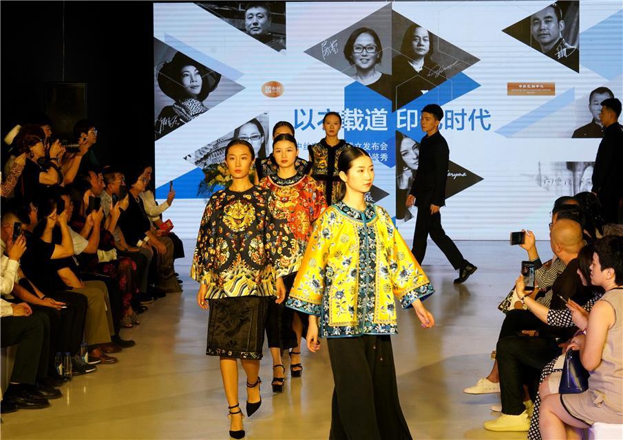 北京:百变丝绸演绎中国文化