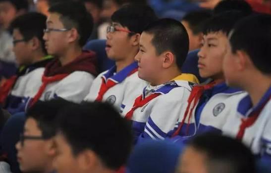 2014年5月,还在海淀区民族小学读书的他,曾作为少先队员代表向总图片
