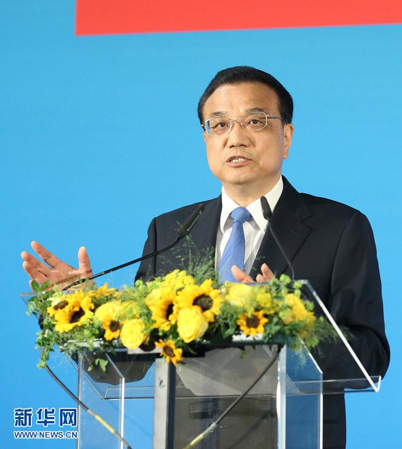 当地时间6月2日上午,国务院总理李克强在布鲁塞尔埃格蒙宫与欧盟委员会主席容克共同出席中欧工商峰会并发表演讲。 新华社记者 王晔 摄