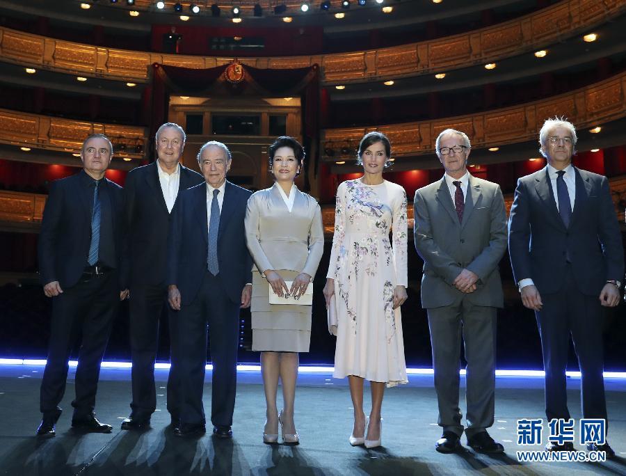 彭丽媛参观巴黎歌剧院