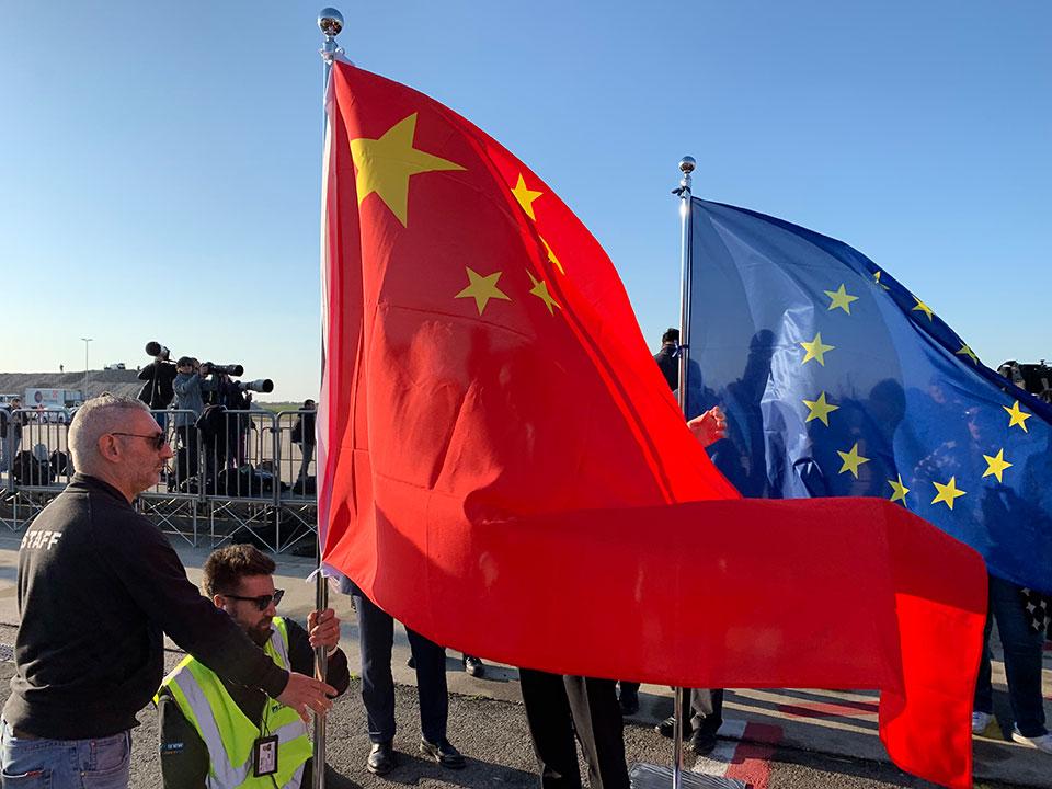 △21日下午五点,罗马菲乌米奇诺机场摆放中国国旗.