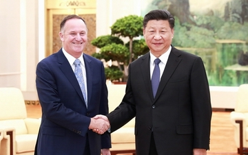习近平会见新西兰前总理约翰・基