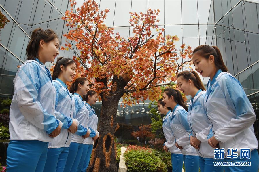 (上合青岛峰会)(1)微笑上峰会 青春展礼仪