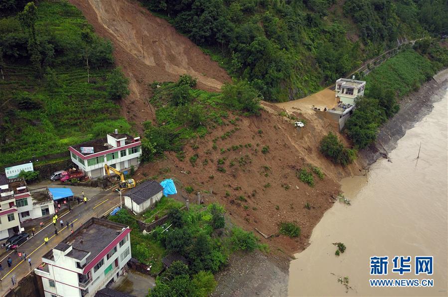 新闻 图片频道 高清大图 > 正文    7月12日,在甘肃文县中庙镇,救援人