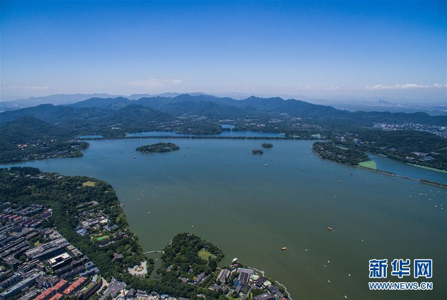 7月15日,杭州西湖景区碧空如洗,湖面上游船如织(无人机拍摄).