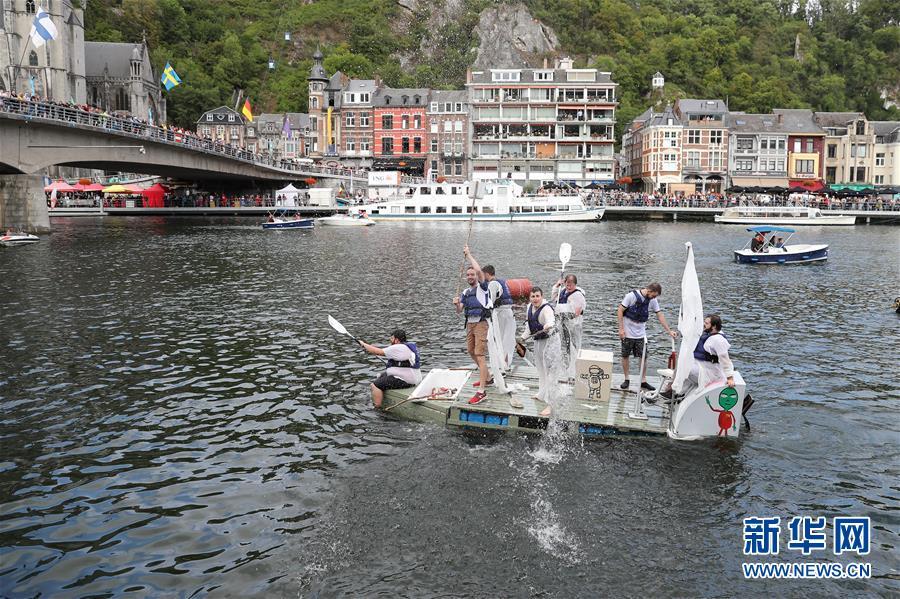 """""""浴缸划船节""""在比利时迪南举行"""