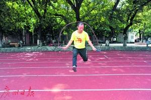 广州42岁跳绳达人创下3个半小时跳3万多次的纪录