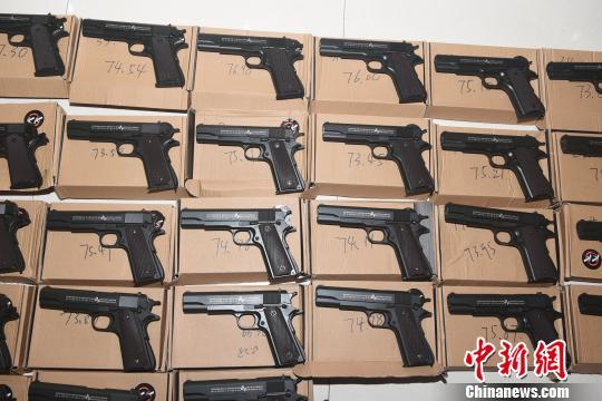 图为:仿美M1911A1型气动手枪。 李建林 摄
