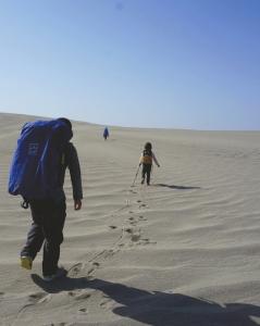 """""""最小背包客""""徒步沙漠。"""