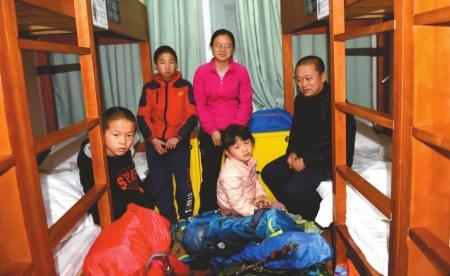 12月7日,雯雯一行5人在成都小天竺街一旅舍。刘陈平摄