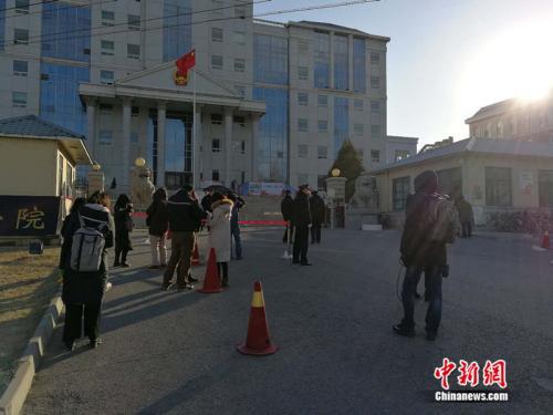 庭审当天,法院外聚集了大量记者。 <a target='_blank' href='http://www.chinanews.com/' _fcksavedurl='http://www.chinanews.com/' ></p></table>中新网</a><p>  记者 张尼 摄