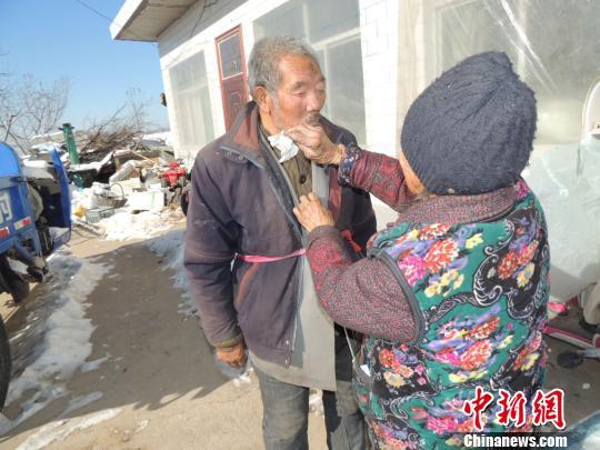 87岁老人照顾智障弟弟63年 张瑞强 摄