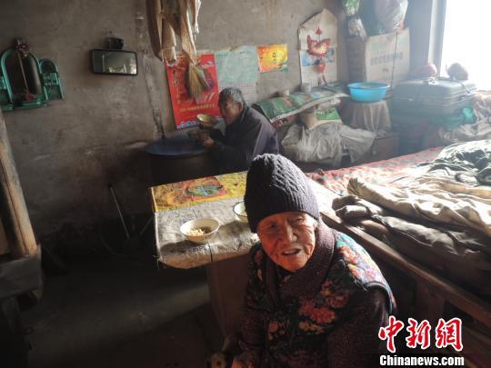 87岁老人照顾智障弟弟63年 马乐 摄