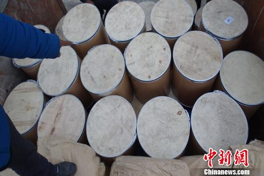 图为嫌疑人指认查获的各类制毒物品。凤庆县公安局
