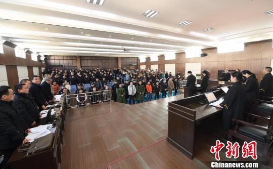 2月5日,各被告人的亲属、部分人大代表、政协委员及各界群众近200余人旁听了宣判。法院供图