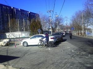 永定河路两侧没有划停车位,但路边停放了多辆车。(图片来源:北京晨报)