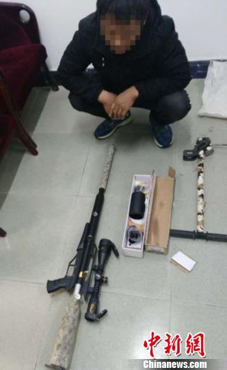 图为嫌疑人指认网络贩卖的枪支。 成铮 摄