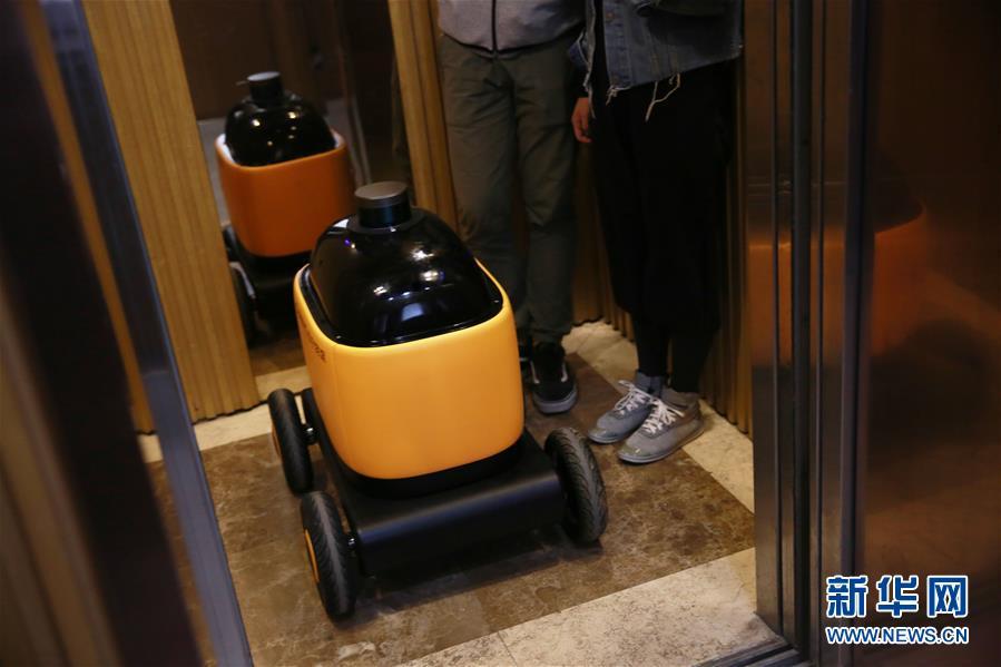 (经济)(1)可与电梯交互的无人快递车亮相南京