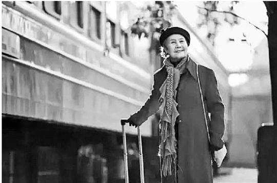 92岁荷花奶奶:自称摩登老太 拖着行李箱上学