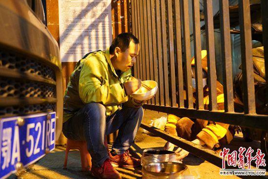 武汉这位送菜人以车为家待了14天 只为挣钱养家