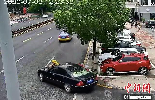 浙江义乌外卖小哥被卷入车底 58秒内冲出19人抬车相救