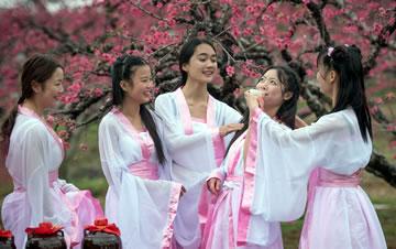 广东连州桃花节古装女大学生花间吟诗吃酒