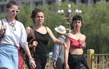北京气温蹿升至32℃ 民众清凉出行热情不减