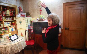 乌镇79岁老太太玩直播 10000多人围观