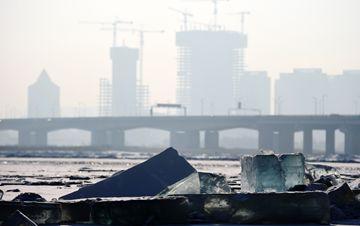 哈尔滨:冰块与城市建筑相映成趣