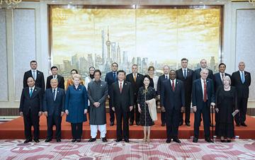习近平和彭丽媛欢迎出席首届进博会的各国贵宾