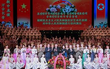 习近平主席夫妇会见李洙墉并观看朝鲜友好艺术团演出