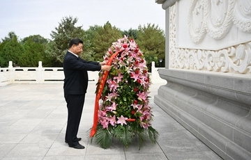 习近平向中国工农红军西路军革命先烈敬献花篮
