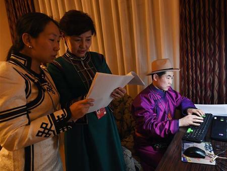 两会幕后鲜为人知的故事:走进民族语文翻译组