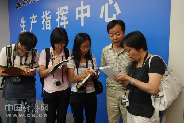 经济日报采访组在神华宁煤集团调研-潘笑天摄.JPG