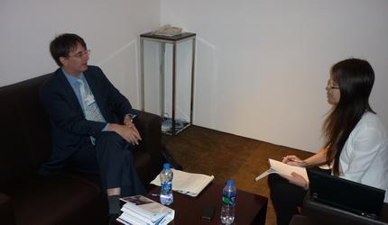 埃森哲全球首席经济学家马克·帕迪在夏季达沃斯论坛期间接受《经济日报》记者专访1.jpg