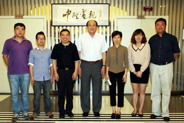 中职协洪虎会长与主创人员合影1.JPG