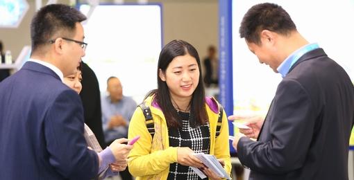 中国经济网记者与展商沟通.JPG
