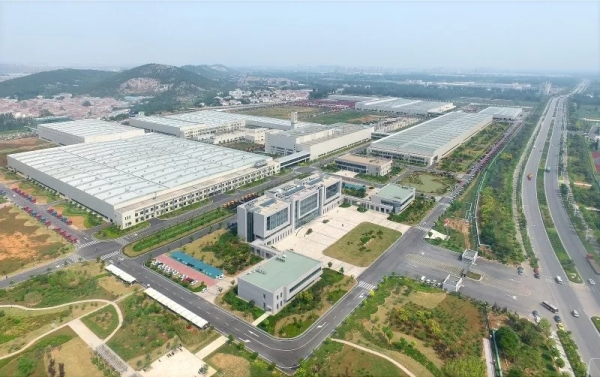 徐工2015年斥巨资建成国内智能化程度最高、规模最大的现代化重卡制造单体工厂。