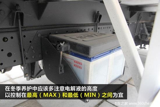 电解液的浓度对蓄电池的工作状况有很大的影响,在东北冬天电解液的硫酸浓度要调整到1.28克/毫升,注意浓度测量和调整时一定要在蓄电池充满电的情况下进行;   二是要清理疏通排气管,保持排气管通气良好,把充电过程中发生的废气及时排出,否则会导致电解液从加液孔溢出,严重的甚至能导致蓄电池爆炸。   编后语:   蓄电池作为整车非常重要的动力源之一,除了平时定期检查维护之外,天冷换季的时候一定要注意保养,由于冬天气温低的原因,启车本来就比较困难,特别是因为雾霾、大雪堵在路上的时候,如果蓄电池再罢工,则会让行