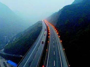 四川10条高速试装雾天防撞预警系统